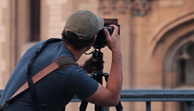 Ein Fotograf von hinten, der eine Sehenswürdigkeit fotografiert