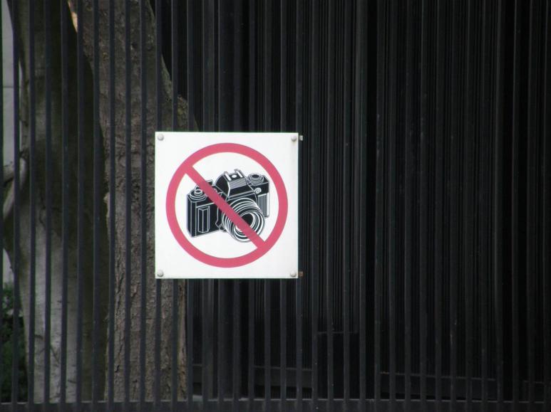 Ein Fotografieren verboten Schild hängt an der Wand